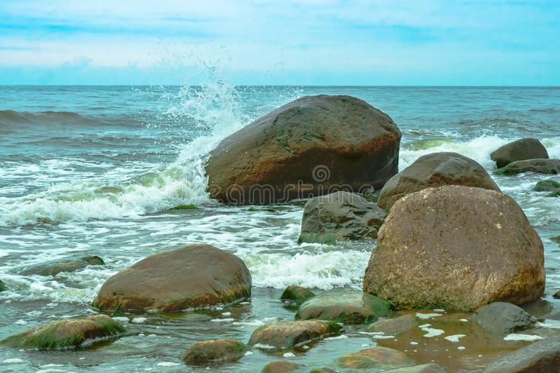 Fala rytmy przeciw kamieniom, skalisty denny brzeg obraz stock