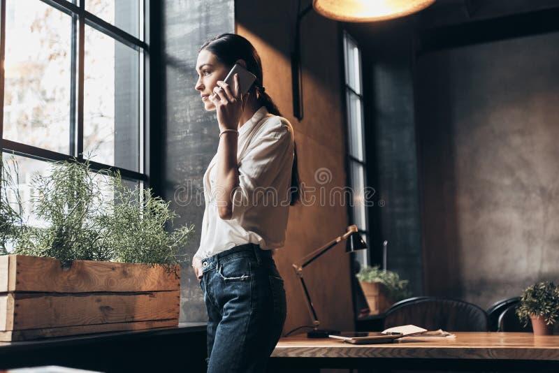 Fala sobre o negócio Jovem mulher bonita em w ocasional esperto fotografia de stock
