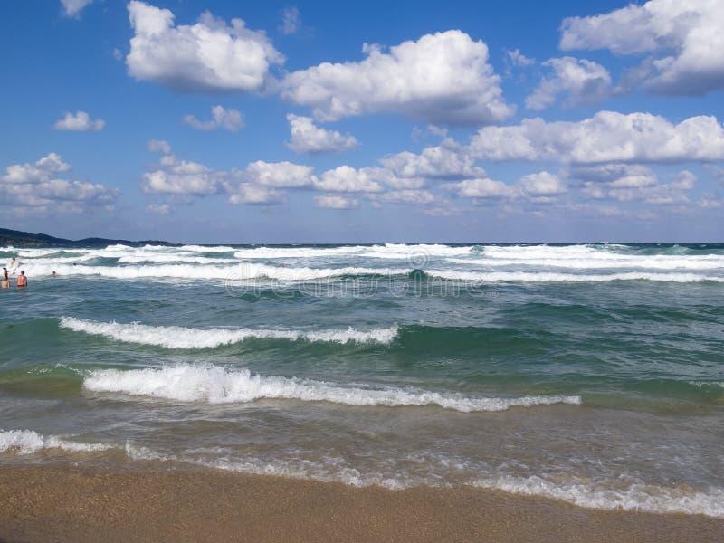 Fala spotykają piaskowatą Czarną morze plażę, kąpać się ludzi w nawadniają odległość obraz stock