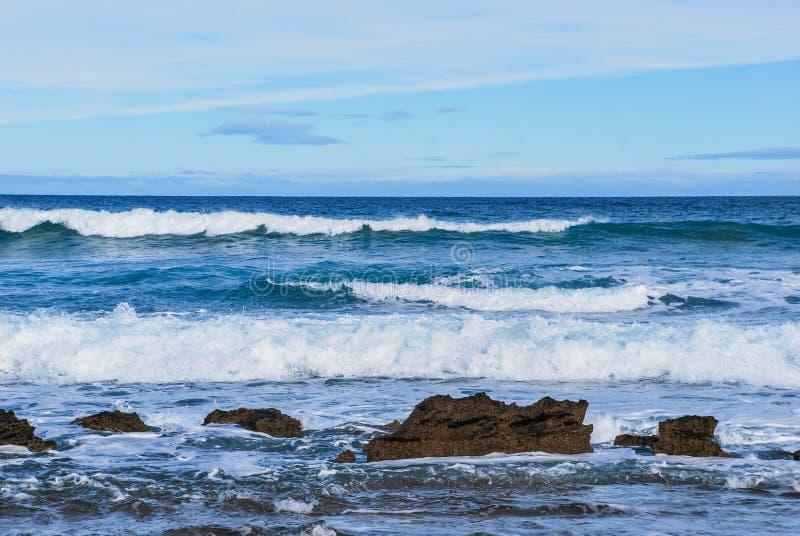 Fala stacza się skały, Foamy pluśnięcia, Wiktoria, Australia zdjęcie stock