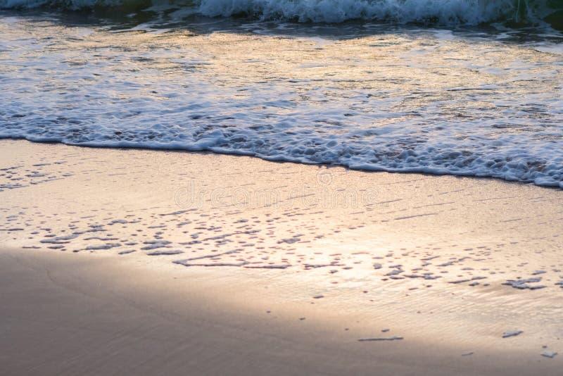 Fala trzask na plaży przy wschodem słońca zdjęcie stock