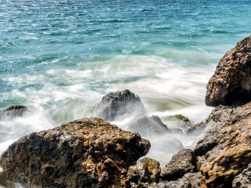 Fala uderza skały przy Zuma plażą, długi ujawnienie, jedwab woda - Zuma plaża, Los Angeles, los angeles, Kalifornia, CA obraz stock