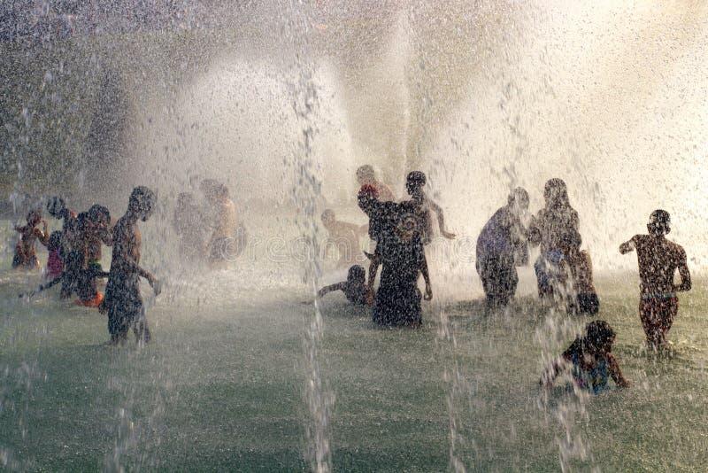 Fala upałów lata pluśnięcie w Trocadero fontannach wieżą eifla w Paryż zdjęcie royalty free
