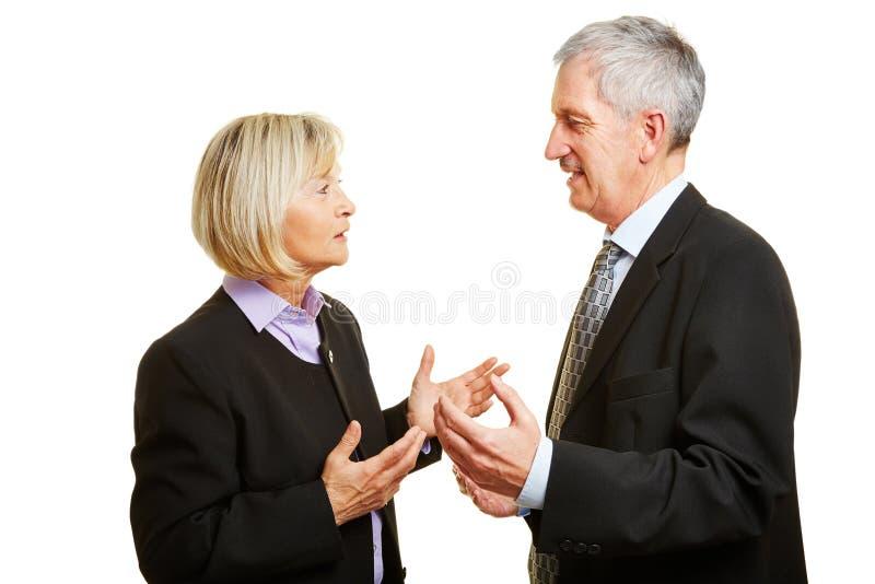Fala velha de dois empresários imagens de stock royalty free