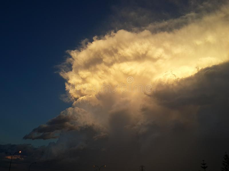 Fala w chmurach obrazy stock