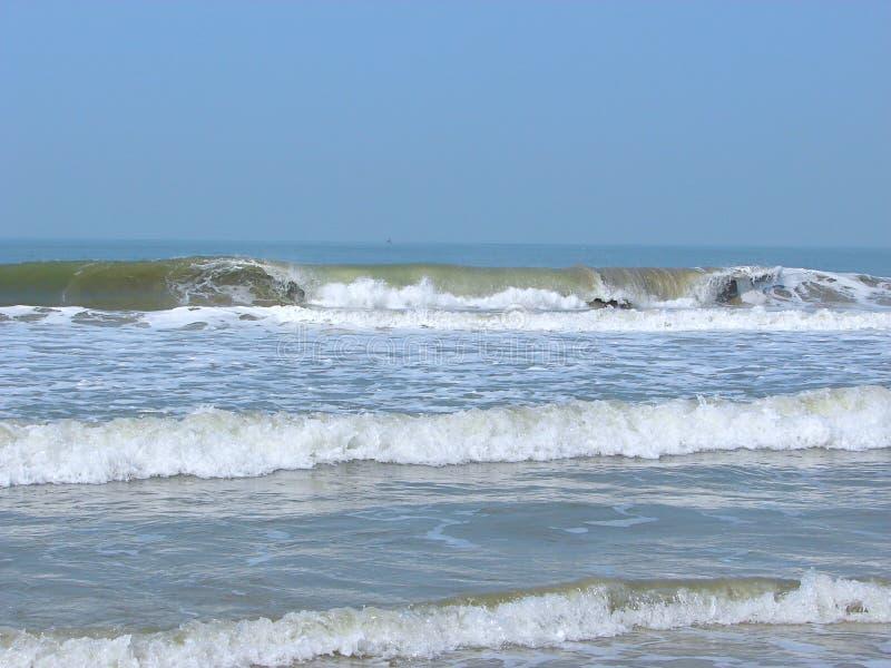 Fala w oceanie przy z Spokojną plażą - Payyambalam plaża, Kannur, Kerala, India zdjęcie royalty free