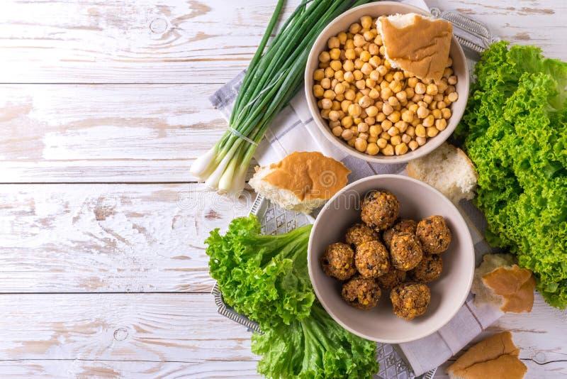 Falafel и нут Еврейская кухня Взгляд сверху стоковая фотография rf
