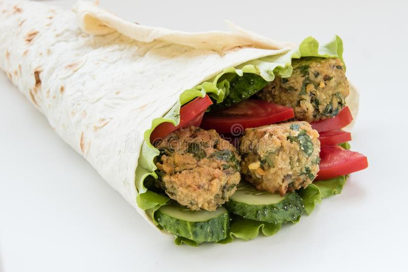 Falafel и свежие овощи свернули в хлебе пита стоковое фото rf