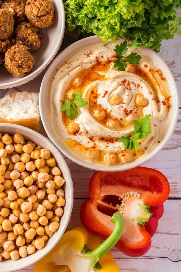 Falafel, пита, hummus и нут с овощами Взгляд сверху стоковое фото