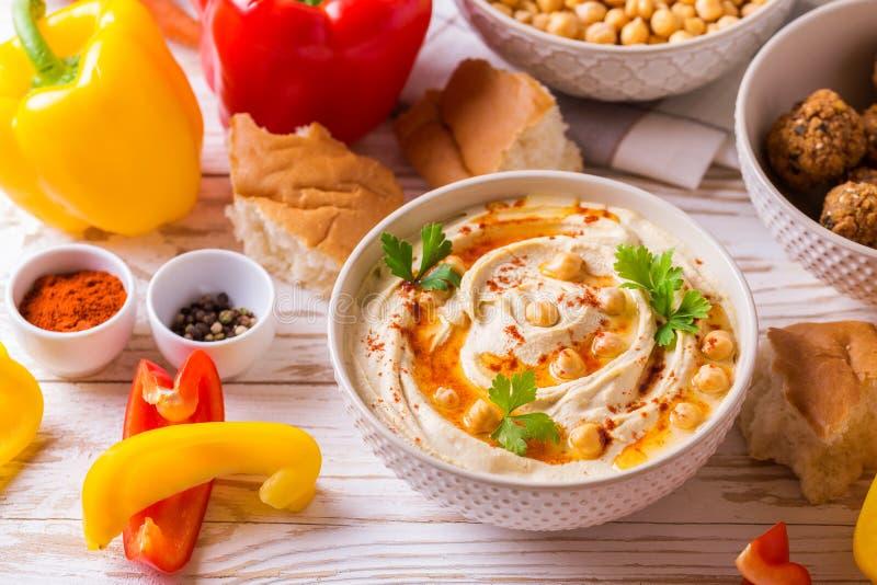 Falafel, пита, hummus и нут с овощами Взгляд сверху стоковое изображение
