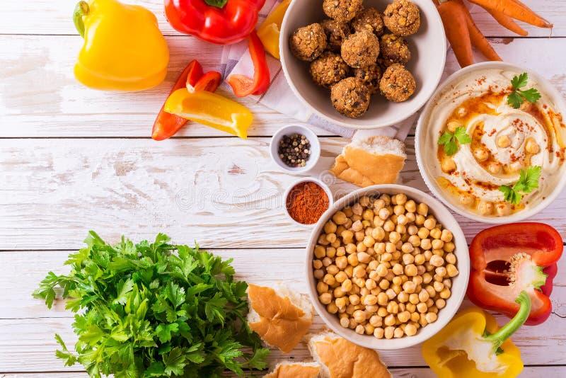 Falafel, пита, hummus и нут с овощами Взгляд сверху стоковое фото rf