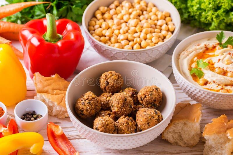 Falafel, пита, hummus и нут с овощами горизонтально стоковое фото rf