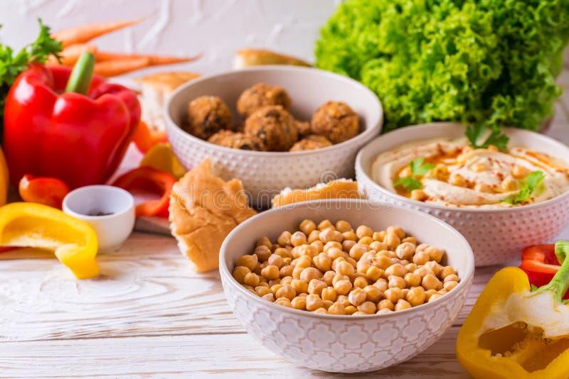 Falafel, пита, hummus и нут с овощами горизонтально стоковые изображения