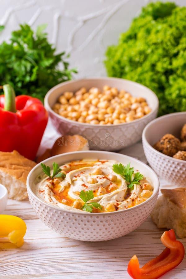 Falafel, пита, hummus и нут с овощами горизонтально стоковые изображения rf
