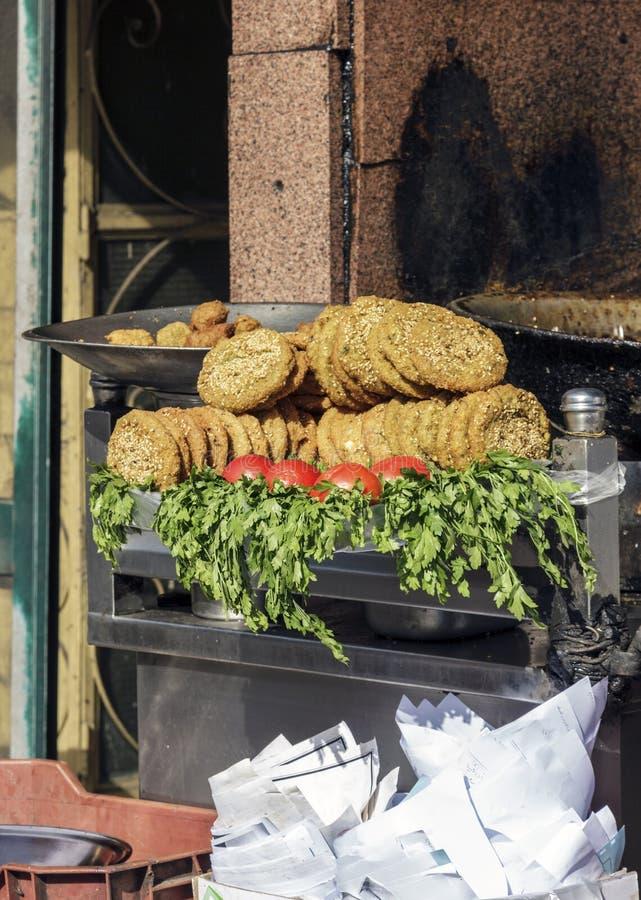 Falafel in ciotola del metallo, Il Cairo, Egitto fotografia stock