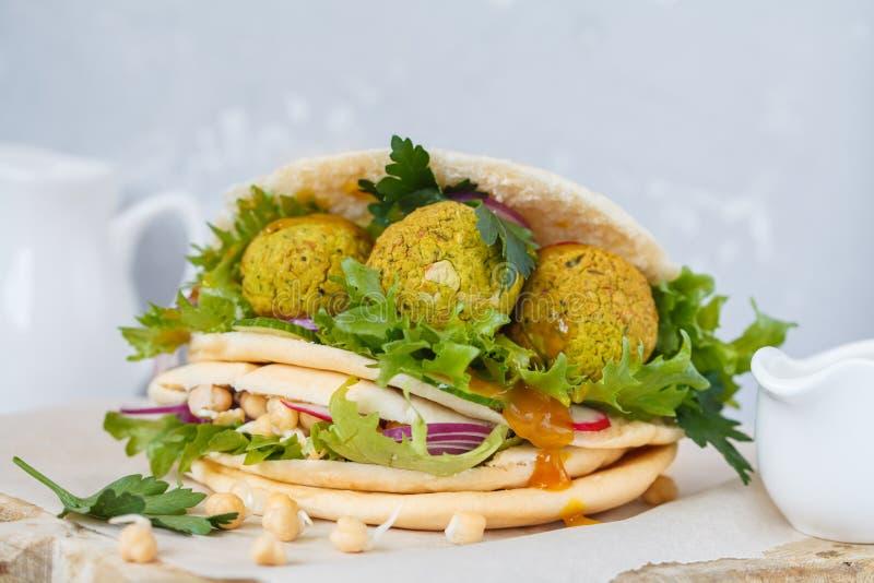 Falafel cocido fresco en pita con las verduras, garbanzos a de los brotes imágenes de archivo libres de regalías