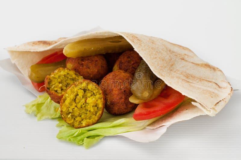 Falafel com os vegetais no pão do pão árabe foto de stock