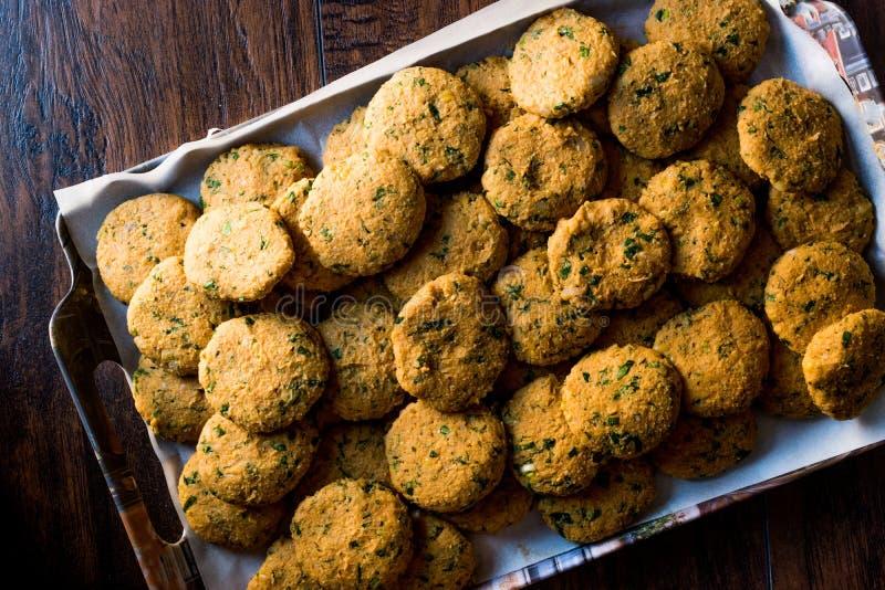 Falafel crudo dei ceci sul vassoio prima della cottura fotografie stock libere da diritti