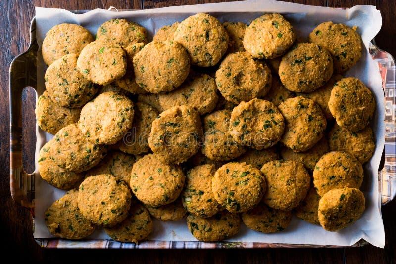 Falafel crudo dei ceci sul vassoio prima della cottura fotografia stock