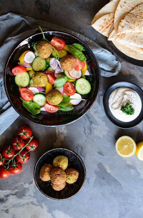 Falafel curruscante del garbanzo con la ensalada y la tortilla frescas foto de archivo libre de regalías