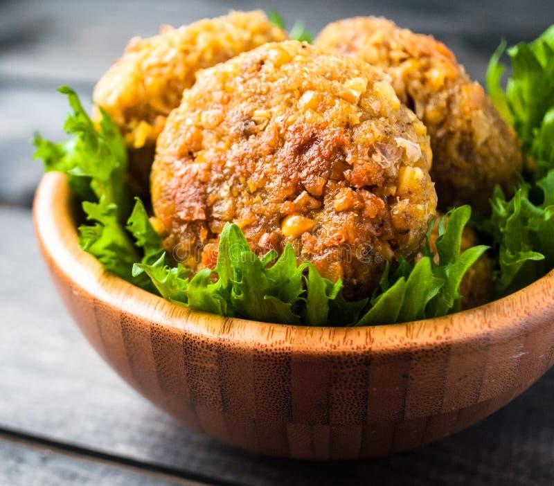 Falafel do grão-de-bico e folhas fritados da salada verde imagens de stock royalty free