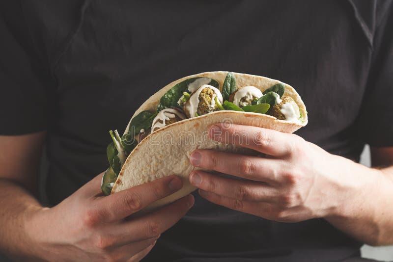 Falafel do vegetariano com vegetais e molho do tahini na tortilha dentro fotografia de stock