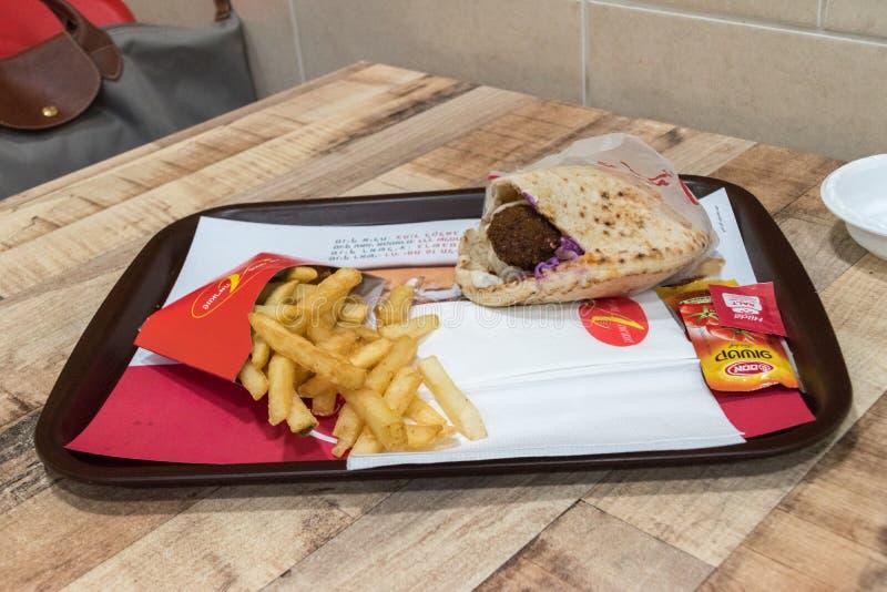 Falafel e ortaggi freschi in pane e patate fritte della pita in ristorante in Eilat immagine stock