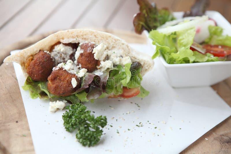 Falafel em um pão árabe foto de stock