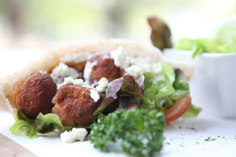 Falafel em um pão árabe imagens de stock royalty free