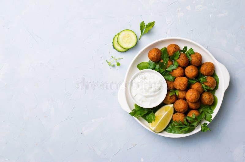 Falafel fresco con la salsa del yogurt sul piatto, pasto vegetariano fotografia stock libera da diritti