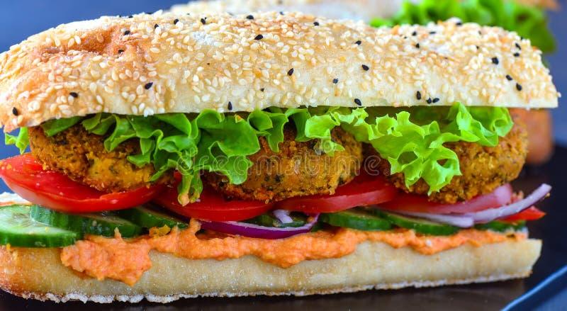 Falafel hamburger z tureckim chlebem i czarnoziemem obrazy stock