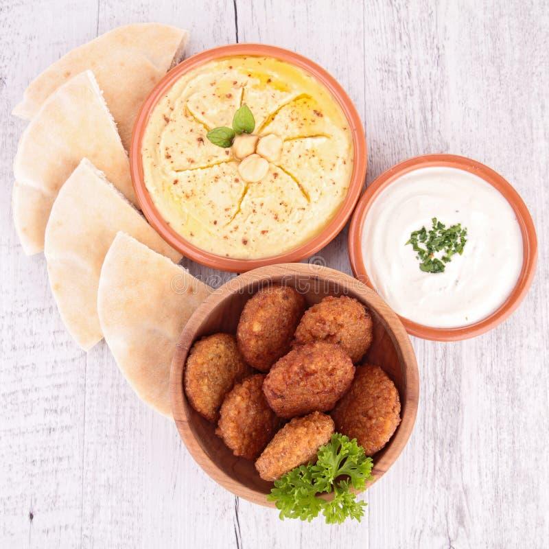 Falafel, hummus och bröd royaltyfri fotografi