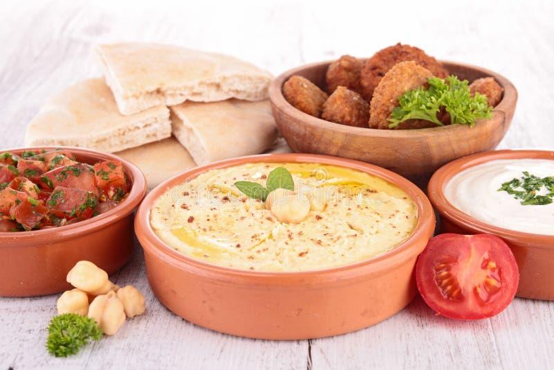 Falafel, hummus och bröd arkivbilder
