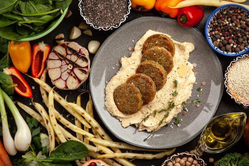 Falafel och hummus royaltyfri bild