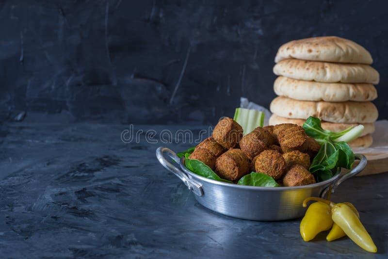 Falafel piłki słuzyć w talerzu z zielonymi liśćmi i pita chlebem zdjęcie stock