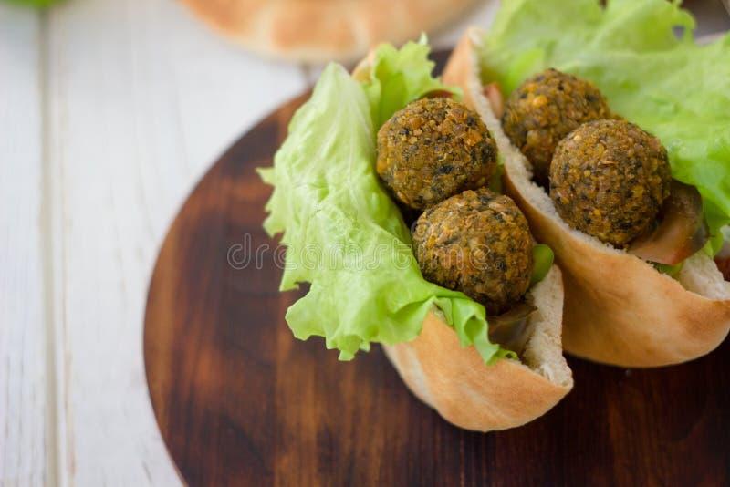 Falafel piłki wśrodku pita chleba z sałatą i warzywami zdjęcie stock