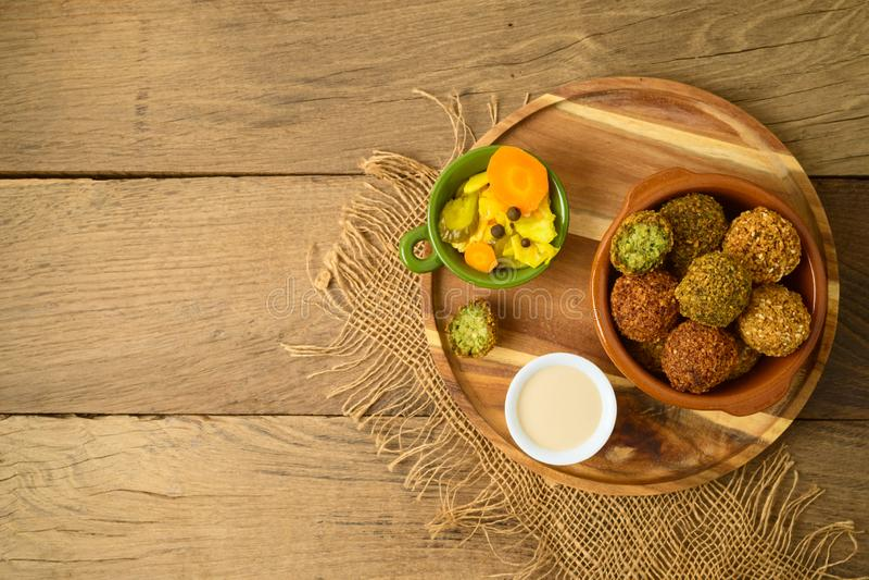Falafel pi?ki z tahini kumberlandem na drewnianej desce zdjęcia stock