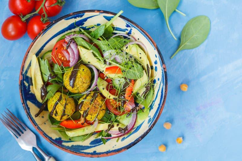 Falafel sałatka z świeżymi warzywami, flancami i konopianym opatrunkiem, zdjęcia royalty free