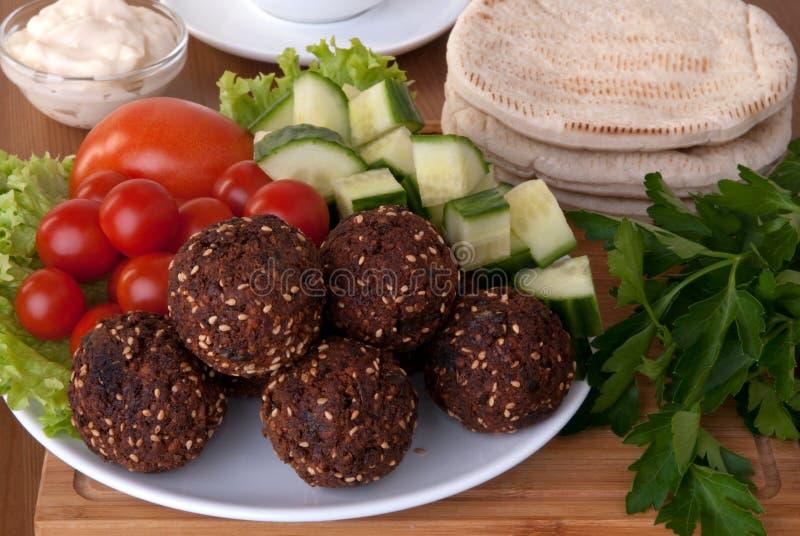 Falafel som tjänas som med grönsaker royaltyfri fotografi