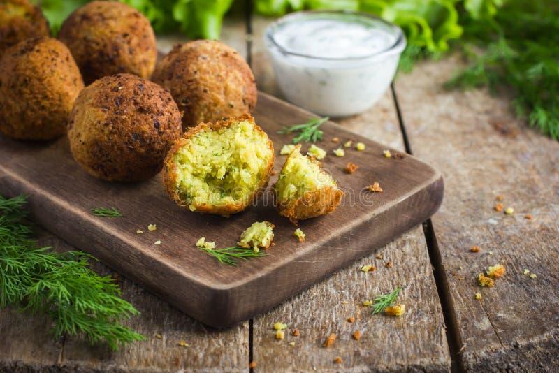 Falafel vegetariano con la salsa del tzatziki imagen de archivo libre de regalías