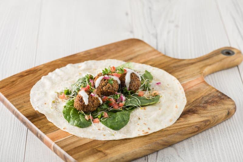 Falafel-Verpackung des strengen Vegetariers mit Salsa stockbilder
