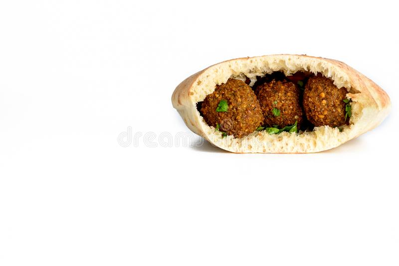 Falafelbälle in einem Pittabrot lokalisierten weißen Hintergrund Falafel ist ein traditionelles nah?stliches Lebensmittel lizenzfreie stockfotografie