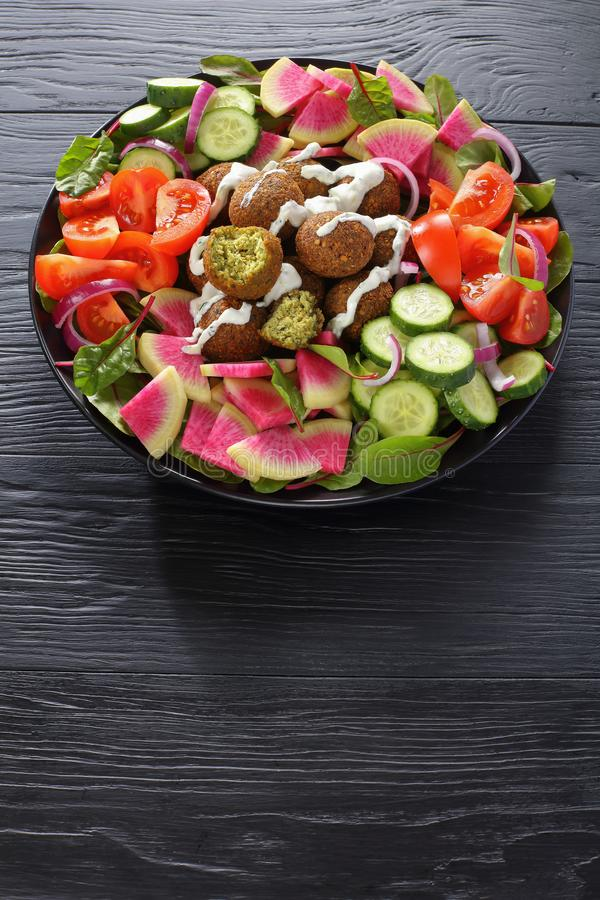 Falafelbälle mit geschmackvollem Gemüsesalat lizenzfreies stockbild