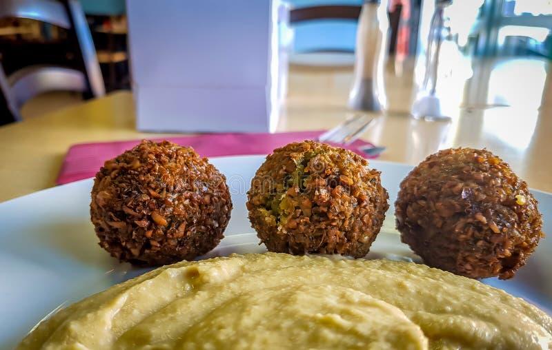 Falafelballen met hummus in meeneem royalty-vrije stock fotografie