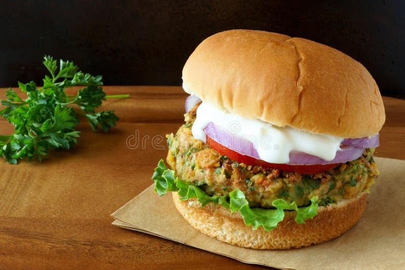 Falafelhamburger met sla, tomaten, ui en tzatzikisaus stock foto's