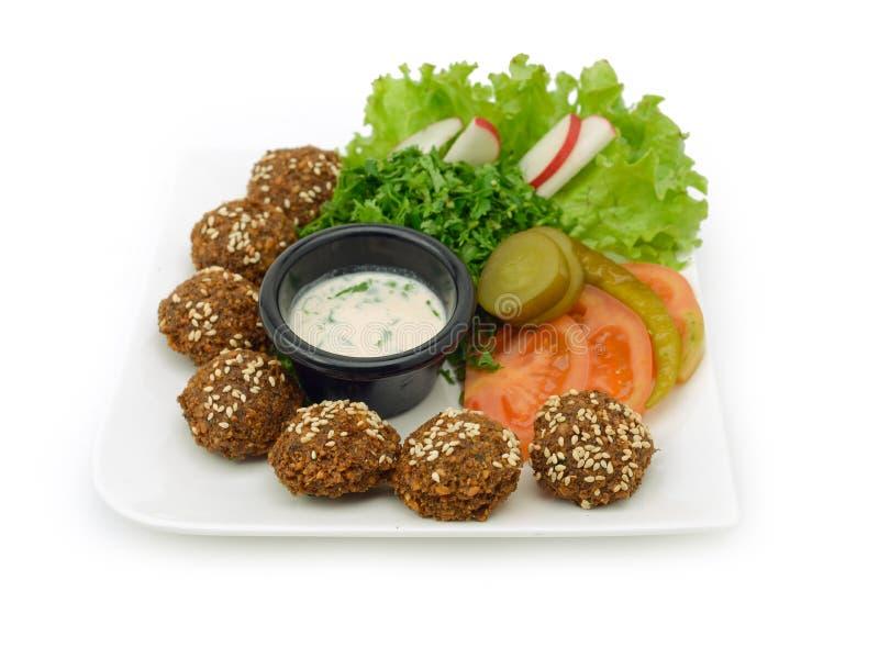 Falafelmaträtt med veggies arkivbilder