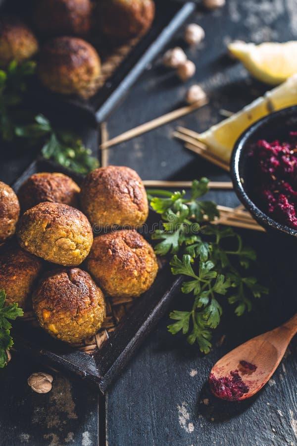 Falafels dei ceci e hummus della barbabietola fotografia stock libera da diritti