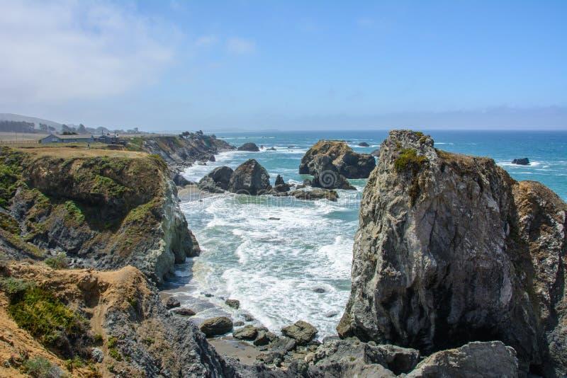 Falaise dans l'océan pacifique, Big Sur la Californie Etats-Unis photos stock