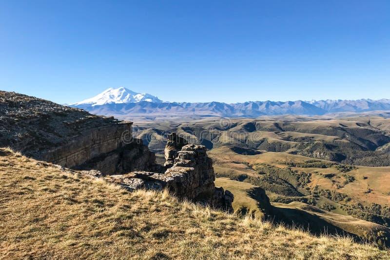 falaise de plateau de Bermamyt et de vue du mont Elbrouz image stock