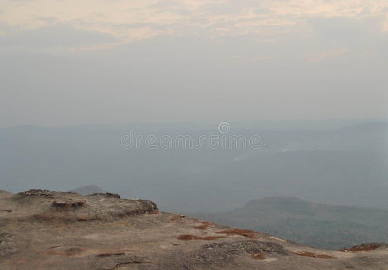 Falaise en pierre avec le brouillard et le ciel, falaise de Yeab MEK de vue chez Phu Kradueng photographie stock libre de droits